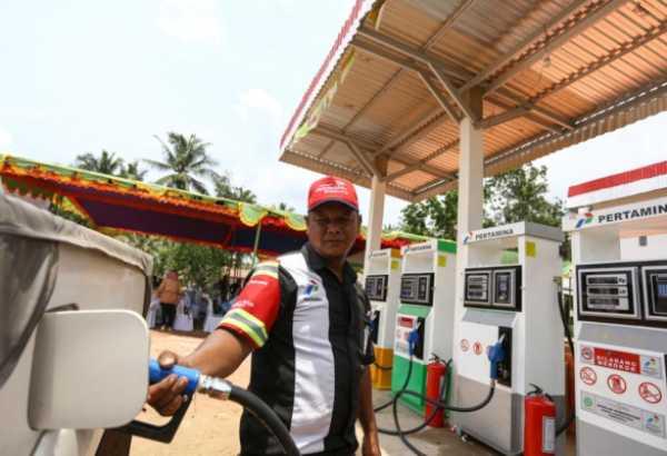 Ilustrasi - Petugas SPBU mengisi BBM kendaraan - Bisnis/Istimewa