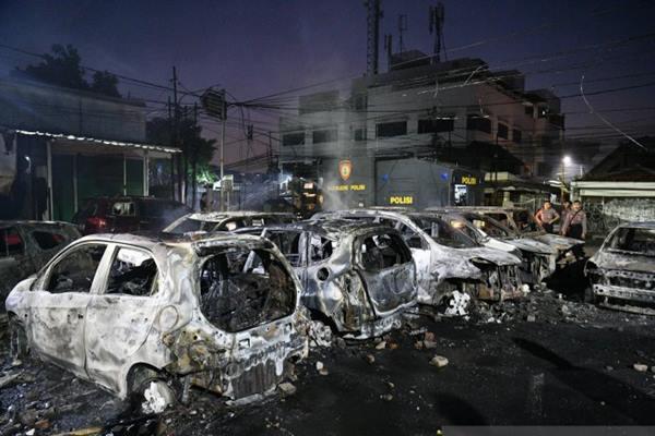 Sejumlah mobil terbakar di Kompleks Asrama Brimob imbas dari demonstrasi menolak hasil hitungan KPU yang berujung kerusuhan di Petamburan, Jakarta, Rabu (22/5/2019). - Antara