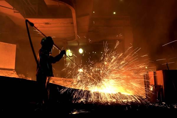 Ilustrasi - Pekerja melakukan proses pemurnian dari nikel menjadi feronikel di fasilitas pengolahan dan pemurnian (smelter) Pomalaa milik PT Aneka Tambang (ANTAM) Tbk, di Kolaka, Sulawesi Tenggara, Selasa (8/5/2018). - JIBI/Nurul Hidayat
