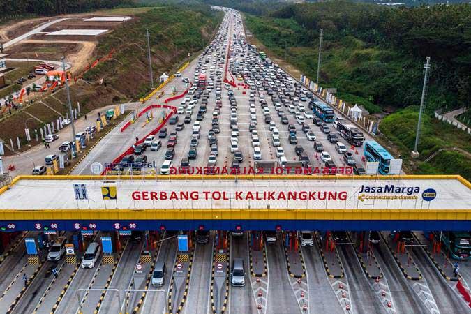 Ilustrasi - Kendaraan pemudik dari arah Jakarta antre saat akan memasuki Gerbang Tol Kalikangkung, Semarang, Jawa Tengah, Kamis (30/5/2019). - ANTARA/Aji Styawan