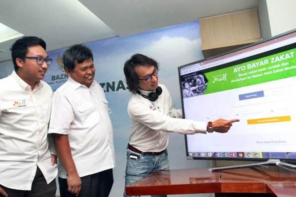 CEO MatahariMall.com Hadi Wenas (kanan) bersama Head of Communications and Partnership Alvin Aulia Akbar (kiri) dan Direktur Koordinasi Penghimpunan, Komunikasi dan Informasi Nasional BAZNAS Arifin Purwakananta saat peluncuran Pembayaran Zakat Online di Jakarta, Rabu (31/5). - JIBI/Abdullah Azzam