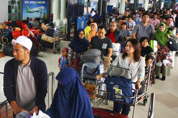 Calon penumpang antre masuk ke dalam Terminal Keberangkatan 1 C, Bandara Soekarno Hatta, Tangerang, Banten, Kamis (22/6). - Antara/Muhammad Iqbal