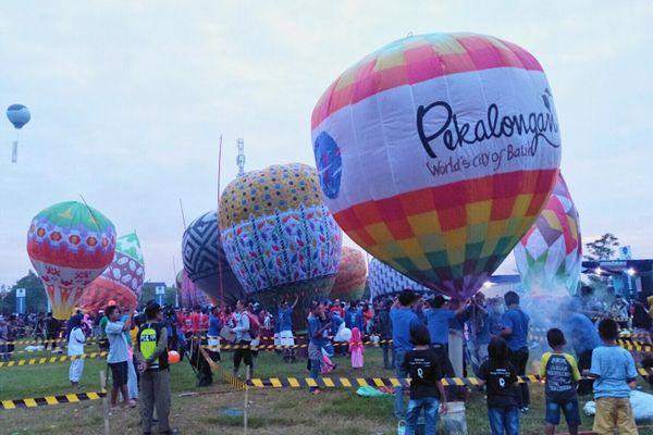 Peserta Festival Balon Udara Pekalongan siap melepas balon udara di Lapangan Kutipan Lor, Pekalongan, Jumat (22/6). Balon ditambat dengan tali sepanjang 150 meter agar tidak membahayakan penerbangan. - Bisnis/Rivki Maulana