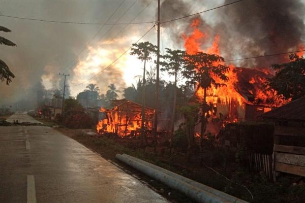Sedikitnya 87 rumah terbakar di Desa Gunung Jaya usai terjadi keributan antar pemuda di perbatasan antara Desa Gunung Jaya dan Desa Sampuabalo, Buton, Sulawesi Tenggara, Rabu (5/6/2019). - ANTARA FOTO/Emil