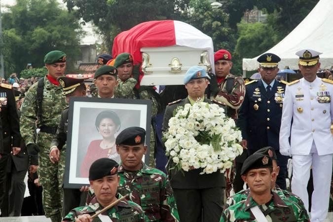 Prajurit TNI membawa peti jenazah Ibu Negara periode 2004-2014 Ani Yudhoyono saat tiba di Taman Makam Pahlawan Nasional Utama (TMP) Kalibata, Jakarta, Minggu (2/6/2019). - Bisnis/Triawanda Tirta Aditya