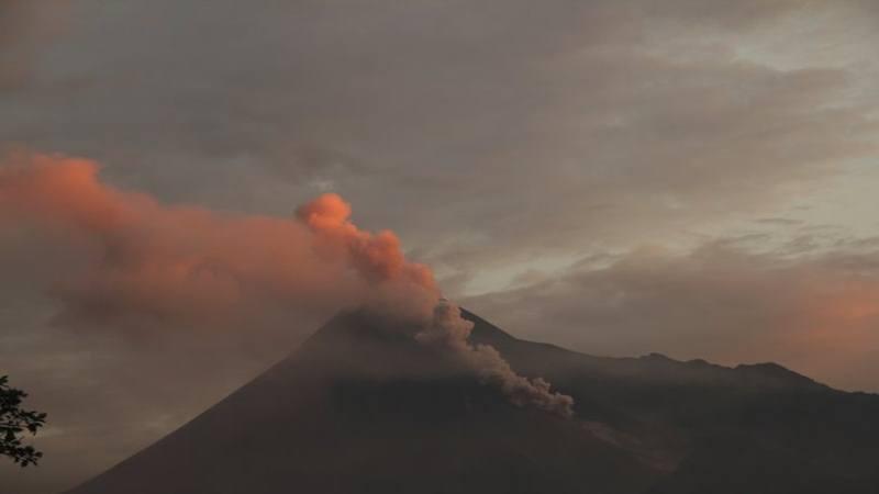Gunung Merapi menyemburkan awan panas terlihat dari Sleman, DI Yogyakarta, Sabtu (2/3/2019). - Antara