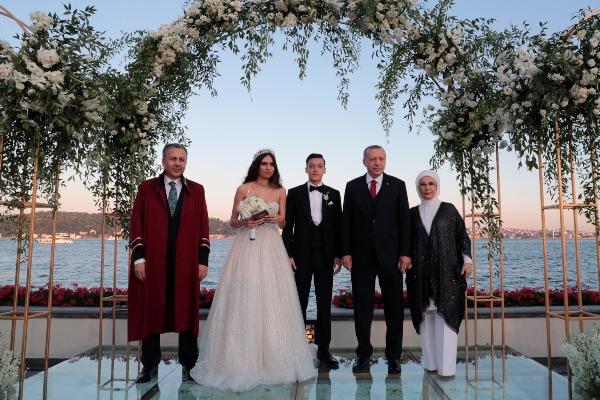 Presiden Turki Recep Tayyip Erdogan (kedua kanan) menjadi pendamping pengantin pria bagi pesepakbola Jerman Mesut Ozil (tengah) dalam pernikahannya dengan Amina Gulse di Istanbul, Turki, Jumat (7/6/2019). - Kantor Pers Presiden Turki via Reuters