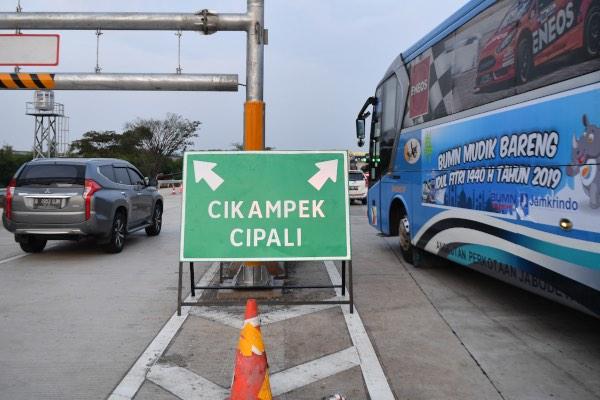Sejumlah kendaraan memasuki Gerbang Tol Cikampek Utama, CIkampek, Jawa Barat, Rabu (29/5/2019). Saat mudik Lebaran, Korlantas Polri memberlakukan kebijakan jalur satu arah (one way) untuk kendaraan dari Jakarta menuju arah Jawa Tengah yang dimulai dari Km 70 Gerbang Tol Cikampek Utama, Jawa Barat hingga Km 263 ruas Tol Pejagan-Pemalang, Jawa Tengah, pada 30 Mei - 2 Juni 2019 mulai pukul 08.00 hingga 21.00 WIB. - ANTARA FOTO/Sigid Kurniawan