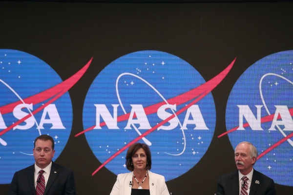 (Dari kiri ke kanan) CFO NASA Jeff DeWit, Deputi Direktur International Space Station (ISS) di NASA Robyn Gatens, dan Associate Administrator Direktorat Eksplorasi Manusia dan Misi Operasional NASA Bill Gerstenmaier dalam konferensi pers terkait dibukanya ISS terhadap turis di New York City, AS, Jumat (7/6/2019). - Reuters/Shannon Stapleton
