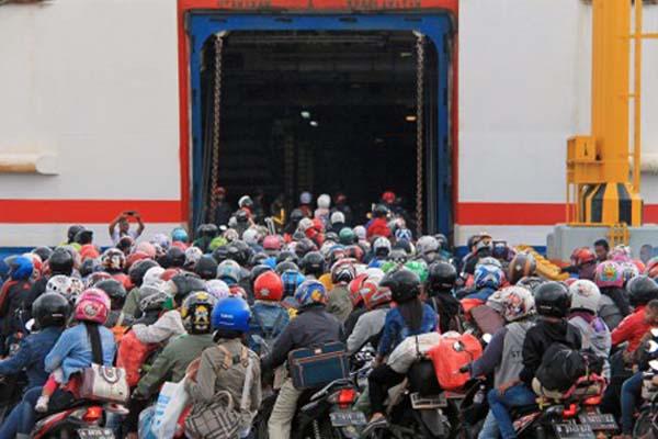 Ilustrasi - Pemudik kendaraan bermotor bersiap melakukan penyeberangan ke Pulau Jawa melalui Demaga 6 Pelabuhan Bakauheni di Lampung Selatan, Lampung, pada Jumat (30/6/2017). Berdasarkan data ASDP cabang Bakauheni, jumlah pemudik sepeda motor yang sudah menyeberanga melalui Pelabuhan Bakauheni berjumlah 26.919 unit. - Antara/Ardiansyah