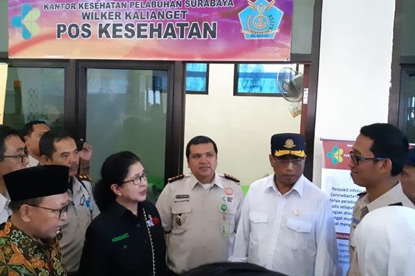 Menteri Perhubungan Budi Karya Sumadi (kedua kanan) dan Menteri Kesehatan Nina Moeloek (keempat kanan) saat berada di Pelabuhan Kalianget, Sumenep, Madura, Jawa Timur. - Bisnis/Hafiyyan
