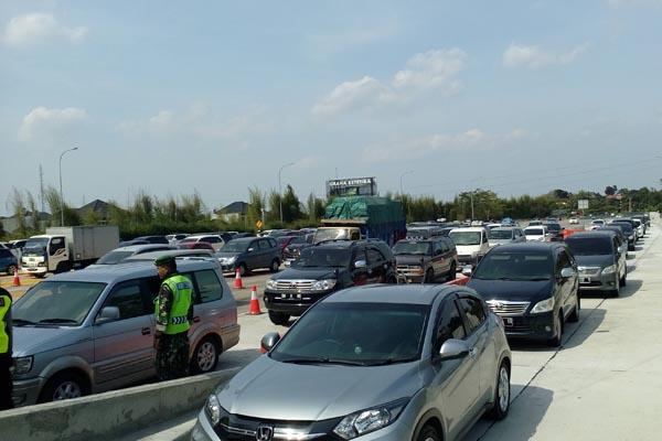 Kepadatan kendaraan di Gerbang Tol Banyumanik Semarang Selasa (19/6/2018). - Bisnis/Alif Nazzala Rizqi