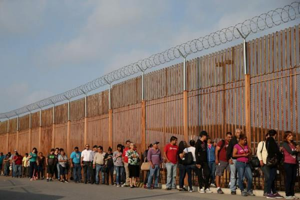 Militer Ameriika Serikat pada Senin mengatakan akan mengerahkan sekitar 320 personel Departemen Pertahanan ke perbatasan dengan Meksiko. - Reuters