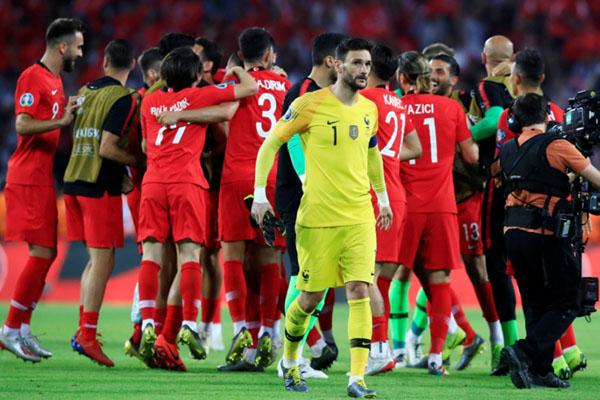 Para pemain Turki merayakan kemenangan atas Prancis di kualifikasi Euro 2020. - Reuters/Umit Bektas
