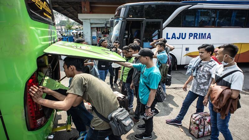 Calon pemudik di Terminal Kampung Rambutan, Jakarta, Rabu (29/5/2019). Dinas Perhubungan DKI Jakarta memprediksi puncak arus mudik di terminal tersebut terjadi pada awal Juni 2019. - Antara