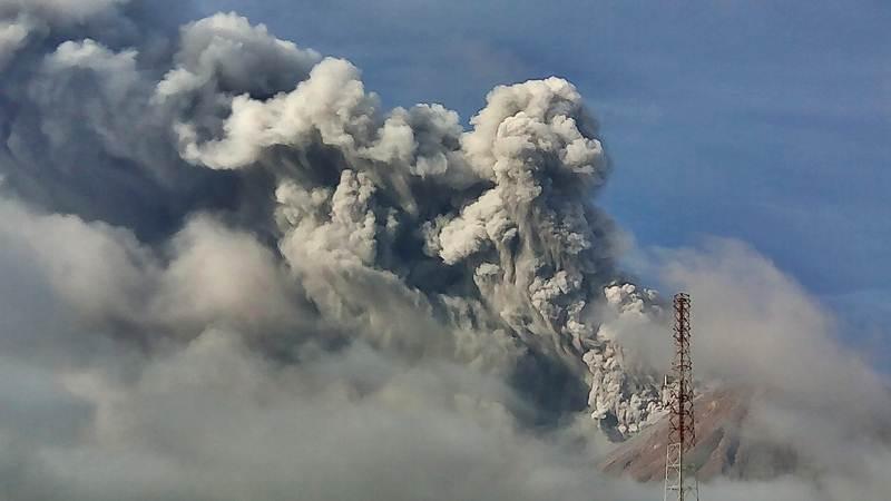 Gunung Sinabung menyemburkan material vulkanis saat erupsi, di Karo, Sumatra Utara, Selasa (7/5/2019). - ANTARA/Sastrawan Ginting
