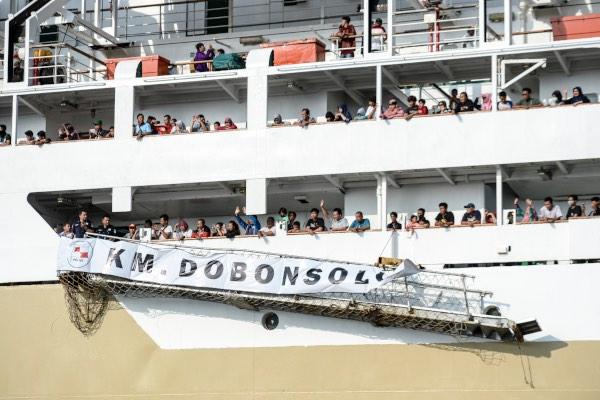 Pemudik menaiki kapal laut KM Dobonsolo yang akan akan diberangkatkan dari Pelabuhan Tanjung Priok, Jakarta Utara, Kamis (30/5/2019). - ANTARA/Nova Wahyudi