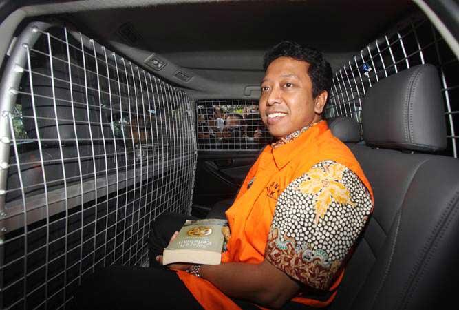 Tersangka kasus dugaan suap terkait seleksi pengisian jabatan di Kementerian Agama, Romahurmuziy berada dalam mobil tahanan seusai menjalani pemeriksaan perdana, di Gedung KPK, Jakarta, Jumat (22/3/2019). - ANTARA/Reno Esnir