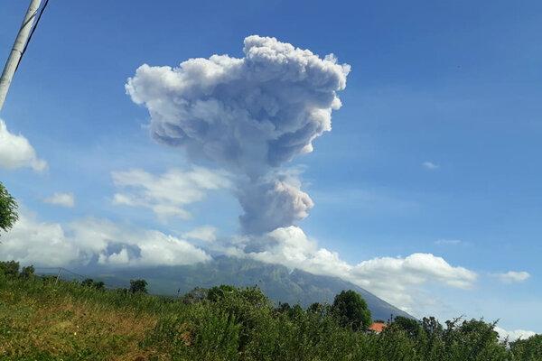 Abu vulkanis membubung ke langit dari kawah Gunung Agung saat erupsi yang terpantau dari Desa Datah, Karangasem, Bali, Jumat (31/5/2019). Gunung Agung yang berstatus siaga itu kembali erupsi pada pukul 11.42 WITA selama sekitar delapan menit dengan kolom abu mencapai 2.000 meter dari kawah. - Antara/I Wayan Muliana