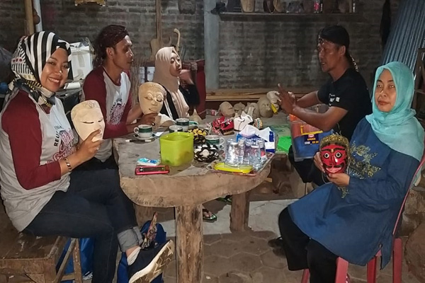 Ki Demang Polowijen (dua dari kiri) di Sanggar Ki Supana Yogyakarta. Foto: Istimewa