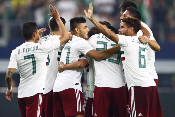 Para pemain Meksiko merayakan gol kedua ke gawang Ekuador. - Reuters