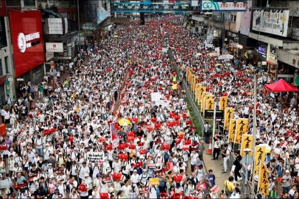 Ratusan warga Hong Kong turun ke jalan menolak RUU ekstradisi yang tengah dibahas pemerintah Hong Kong - Reuters