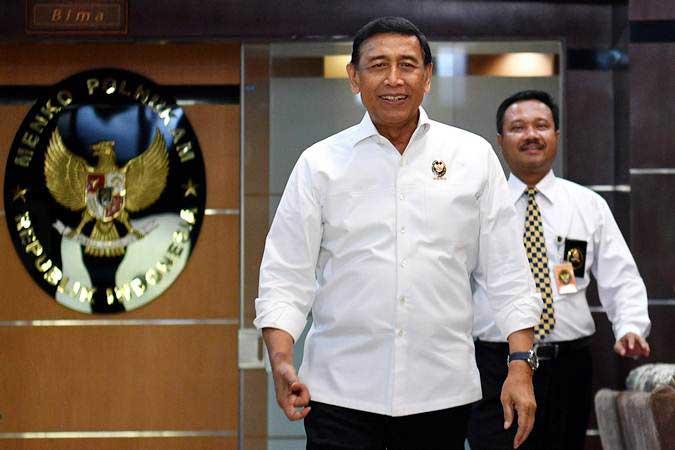 Menteri Koordinator Politik, Hukum, dan Keamanan Wiranto (kiri) berjalan untuk memberikan keterangan kepada media di Kantor Kemenko Polhukam, Jakarta, Senin (10/6/2019). - ANTARA/Sigid Kurniawan