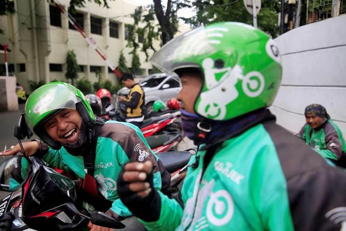 Pengemudi ojek online (ojol) menunggu penumpang di Jakarta. - Reuters/Beawiharta