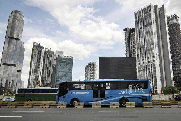 Bus Transjakarta melintas di Jalan Jenderal Sudirman, Jakarta. - Antara/Dhemas