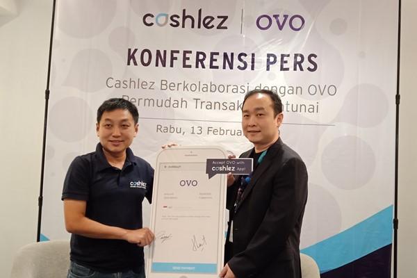 CEO Cashlez Teddy Tee (kiri) dan Direktur Ovo Harianto Gunawan (kanan) menjelaskan mekanisme transaksi elektronik melalui Cashlez saat konferensi pers, Selasa (13/05) - Bisnis/Deandra Syarizka