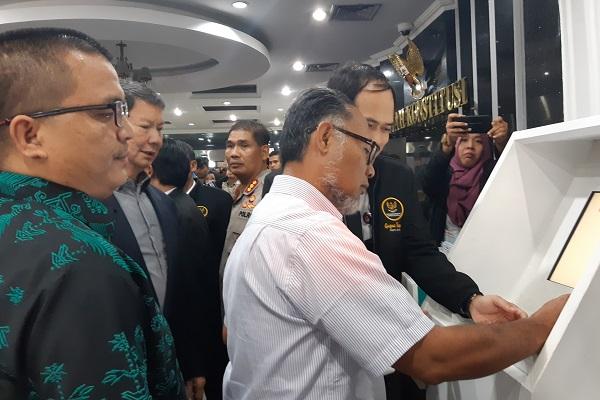 Advokat Bambang Widjojanto didampingi oleh Denny Indrayana dan Hashim Djojohadikusumo menekan nomor antrian pendaftaran permohonan sengketa Pilpres 2019 yang diajukan Prabowo Subianto-Sandiaga Salahuddin Uno di Gedung Mahkamah Konstitusi, Jakarta, Jumat (24/5/2019). - Bisnis/Samdysara Saragih