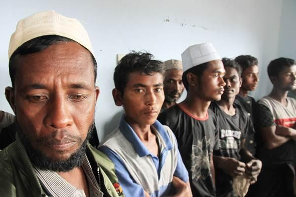 Warga etnis Rohingya berada di Pelabuhan Kuala Idi Rayeuk, Aceh Timur, Aceh, Selasa (4/12/2018). Sebanyak 20 etnis Rohingya terdampar di perairan Kuala Idi Rayeuk, Aceh Timur. - ANTARA FOTO/Syifa Yulinnas
