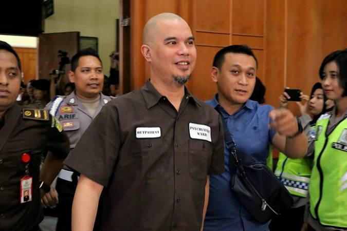 Terdakwa kasus dugaan pencemaran nama baik Ahmad Dhani Prasetyo (tengah) bersiap mengikuti sidang di Pengadilan Negeri Surabaya, Jawa Timur, Selasa (11/6/2019). - ANTARA/Didik Suhartono