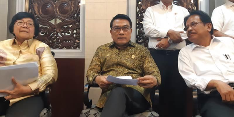 Menteri LHK Siti Nurbaya Bakar (kiri), Kepala KSP Moeldoko, dan Menteri ATR/BPN Sofyan Djalil saat jumpa media di Kantor Staf Kepresidenan, Jakarta Pusat, Rabu (12/6/2019). - Bisnis/Nur Faizah