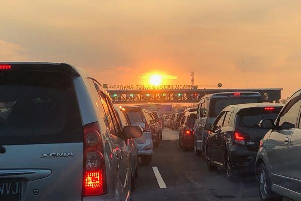 Antrean Kendaraan di gerbang tol Cikampek Utama - Bisnis/Akhirul Anwar