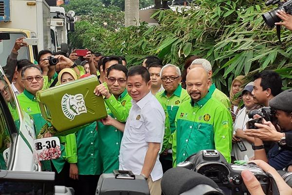 Menteri ESDM Ignasius Jonan menuangkan bahan bakar biodisel 30% atau B30 pada kendaraan yang akan melakukan uji jalan di Halaman Kementerian ESDM, Kamis (13/6/2019). - Bisnis/Ni Putu Eka Wiratmini