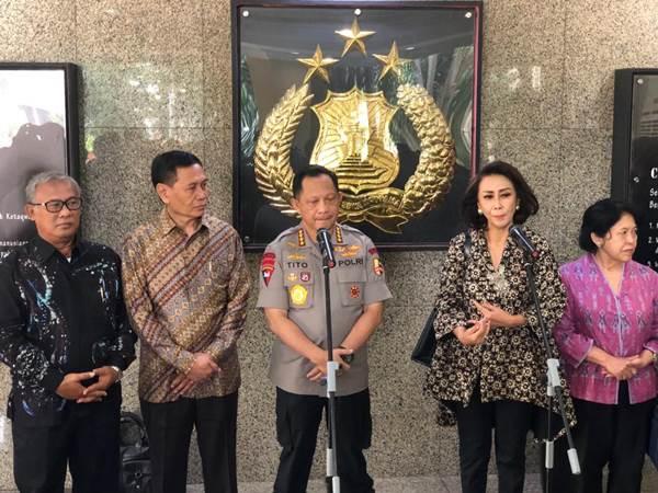 Kapolri Jenderal Pol. M Tito Karnavian (tengah) saat memberikan keterangan kepada media bersama Ketua Pansel Capim KPK Yenti Garnasih (kedua kanan). - Bisnis/Sholahuddin Al Ayyubi