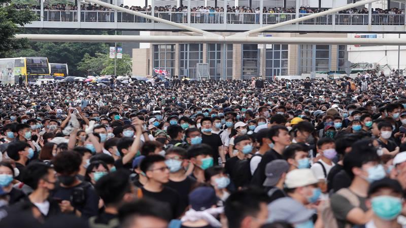 Ketegangan kembali memuncak di Hong Kong ketika ratusan pengunjuk rasa mengepung gedung parlemen beberapa jam sebelum anggota parlemen memperdebatkan RUU untuk memungkinkan ekstradisi warga Hong Kong ke China, 12 Juni 2019. - Reuters