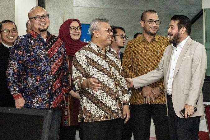 Ketua KPU Arief Budiman (keempat kiri) berbincang dengan Ketua Mahkamah Konstitusi (MK) Anwar Usman (kanan) disaksikan Komisioner KPU Ilham Saputra (kedua kiri), Evi Novida Ginting Manik (ketiga kiri), Hasyim Asy'ari (kedua kanan) di sela-sela penyerahan alat bukti Perselisihan Hasil Pemilihan Umum (PHPU) Pemilihan Presiden 2019, di gedung MK, Jakarta, Rabu (12/6/2019). - ANTARA/Aprillio Akbar