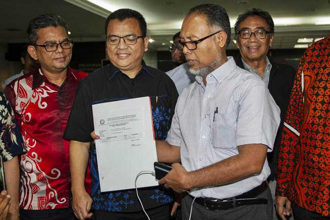 Ketua Tim Hukum Prabowo-Sandi, Bambang Widjojanto (kedua kanan) menunjukkan berkas tanda terima pengajuan perbaikan permohonan sengketa hasil Pilpres 2019 di gedung MK, Jakarta, Senin (10/6/2019). - ANTARA/Dhemas Reviyanto