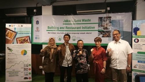 (tengah) Plt. Kepala Dinas Lingkungan Hidup DKI Jakarta Andono Warih didampingi komunitas peduli lingkungan, saat peluncuran Jakarta Less Wate Initiatiative for Building and Restaurant di JSC Hive, Jakarta.