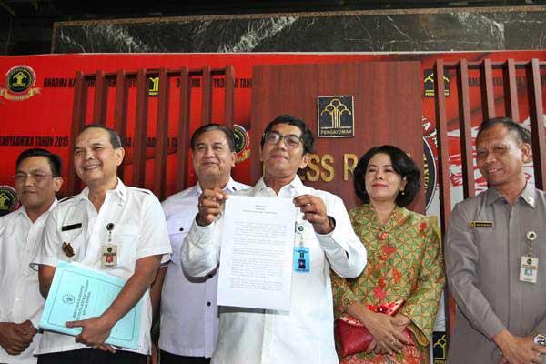 Direktur Jenderal Administrasi Hukum Umum Kemenkumham Freddy Harris (tengah) didampingi sejumlah Staf Kemenkumham memberkan keterangan kepada wartawan terkait Status Badan Hukum Hizbut Tahrir Indonesia (HTI), di Jakarta, Rabu (19/7). - ANTARA/Reno Esnir