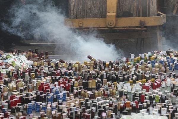 Operator alat berat memusnahkan ribuan minuman keras ilegal. - Antara/Muhammad Adimaja