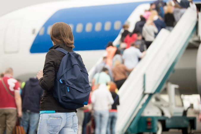 Ilustrasi penumpang boarding. - The Active Times