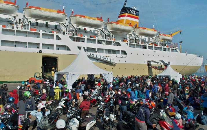 Pemudik bersepeda motor dari Jakarta yang menumpang KM Dobonsolo tiba di Pelabuhan Tanjung Emas Semarang, Jawa Tengah, Jumat (31/5/2019). - ANTARA/R. Rekotomo