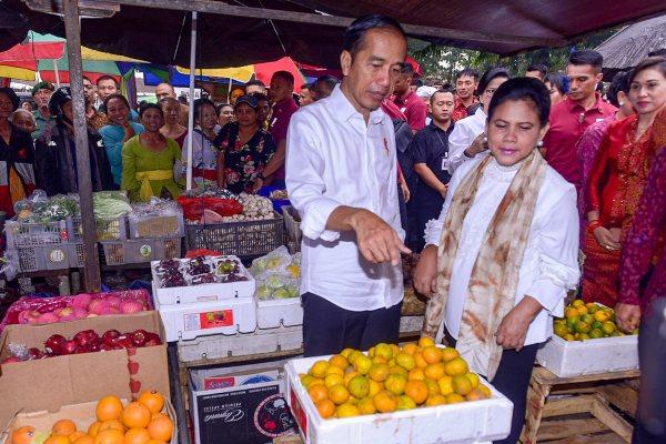 Presiden Joko Widodo didampingi Ibu Negara Iriana Joko Widodo mengunjungi Pasar Umum Sukawati dan Lokasi Sementara Pasar Seni Sukawati, di  Jalan Ciung Wanara, Kecamatan Sukawati, Kabupaten Gianyar, Bali, Jumat (14 - 6) pagi.