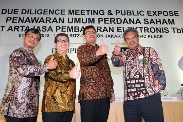 Direktur Utama PT Artajasa Pembayaran Elektronik Tbk Bayu Hanantasena (kedua kanan), mengacungkan jempol bersama Direktur Anthoni Morris (kiri), Direktur Teddy Sis Herdianto (kedua kiri) dan Direktur Nawawi, seusai paparan publik dalam rangka Penawaran Umum Perdana Saham (IPO), di Jakarta, Kamis (1/3/2018). - JIBI/Dedi Gunawan