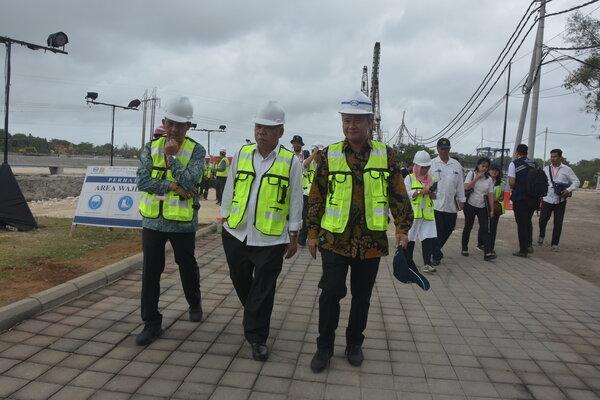 Menteri PUPR Basuki Hadimuljono saat meninjau rehabilitasi Waduk Muara Nusa Dua di Kuta. - Bisnis/Feri Kristianto