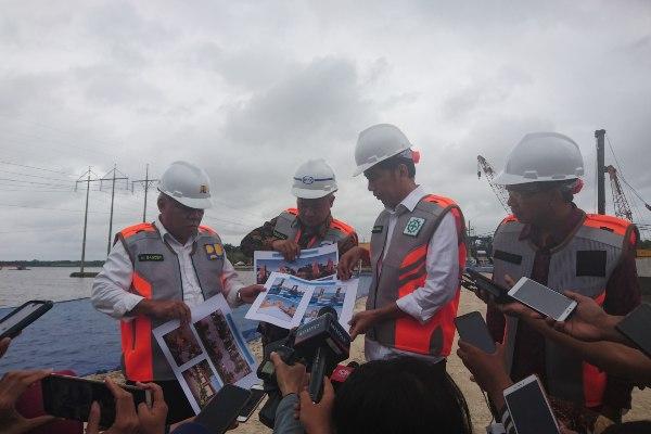 Presiden Joko Widodo (kedua kanan) dan Menteri Pekerjaan Umum & Perumahan Rakyat (PUPR) Basuki Hadimuljono (kiri) memberikan keterangan di sela-sela kunjungan ke Waduk Nusa Dua, Bali, Jumat (14/6/2019). - Bisnis/Feri Kristianto