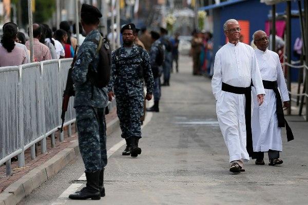 Tentara Sri Lanka berjaga menjelang pembukaan kembali Gereja St. Anthony, salah satu gereja yang dibom pada Hari Paskah 2019 di Kolombo, Sri Lanka, Rabu (12/6/2019). - Reuters/Dinuka Liyanawatte